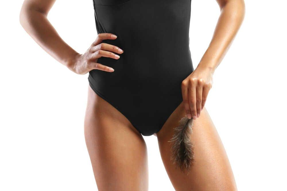 kobieta w czarnym body po depilacji bikini