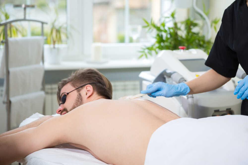 depilacja pleców u mężczyzn